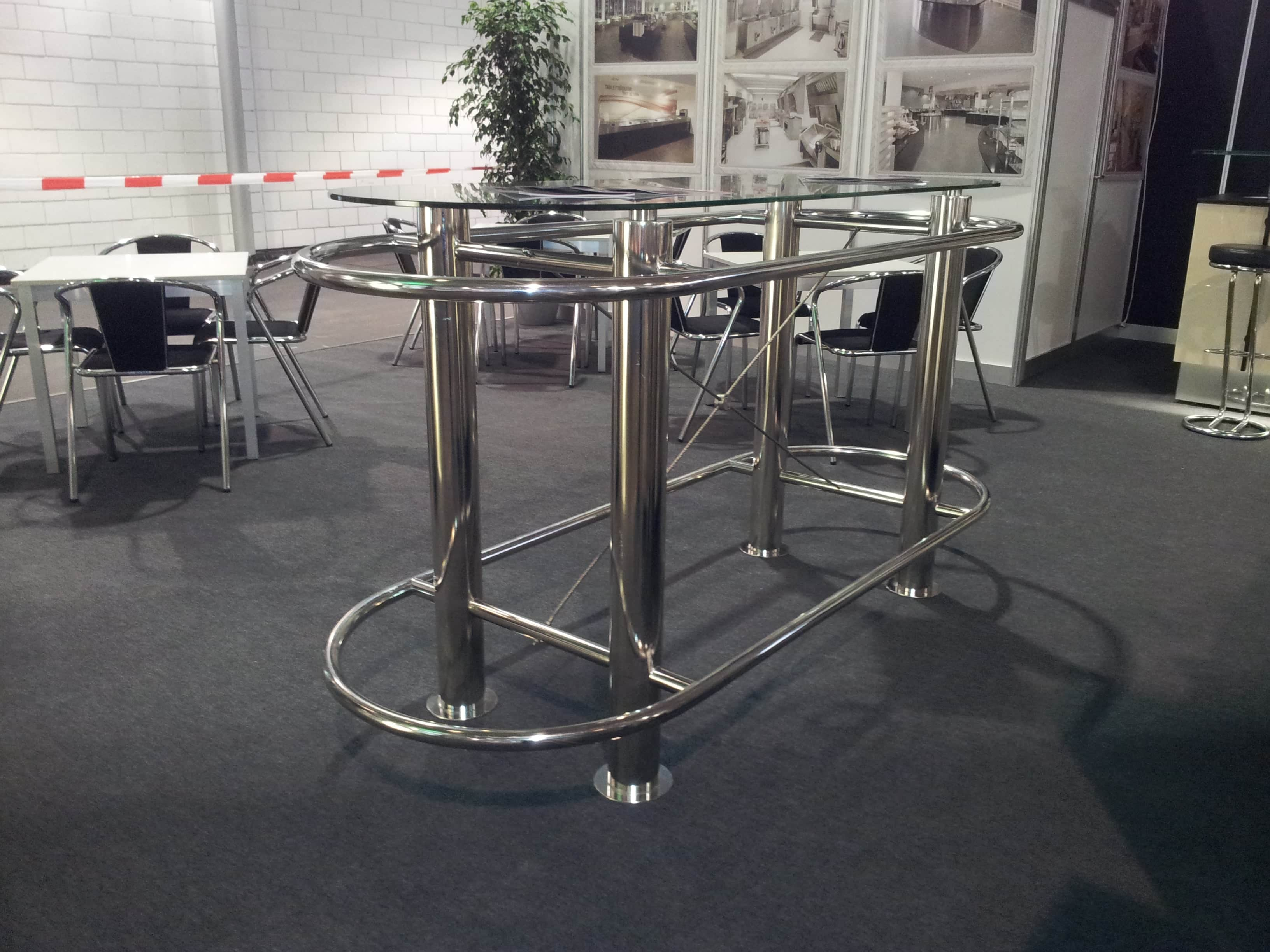 Tisch aus poliertem Metall
