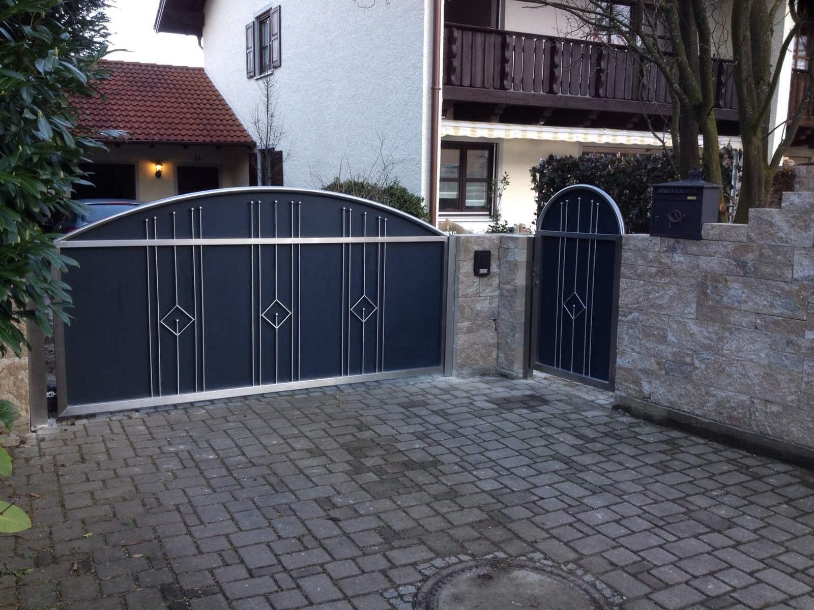 Tür & Tor aus Edelstahl mit Metalleinsätzen