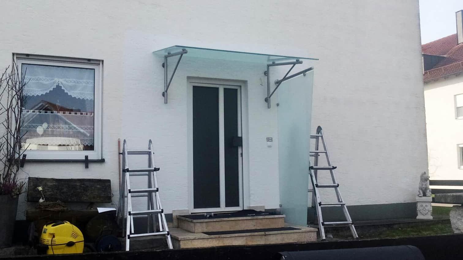 Vordach und Windschutz aus Edelstahl