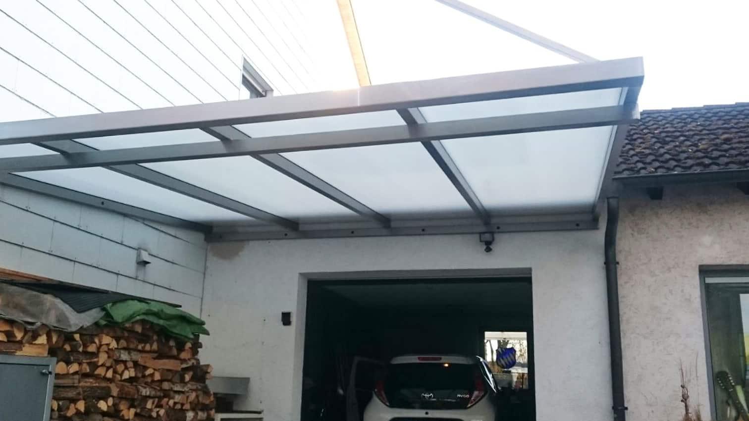 Dach aus Edelstahl und Glas