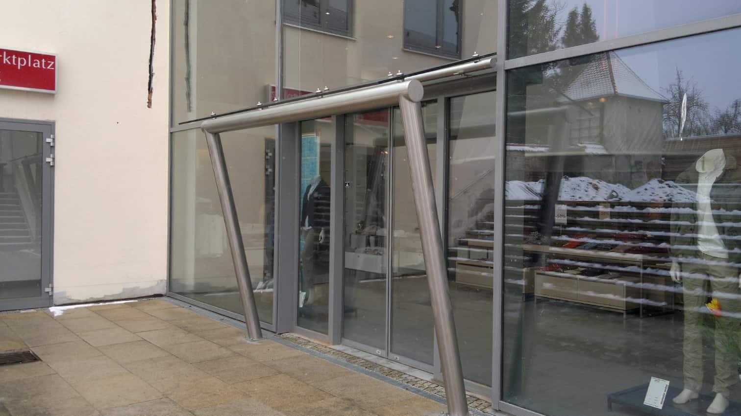 Vordach aus Edelstahl und Glas