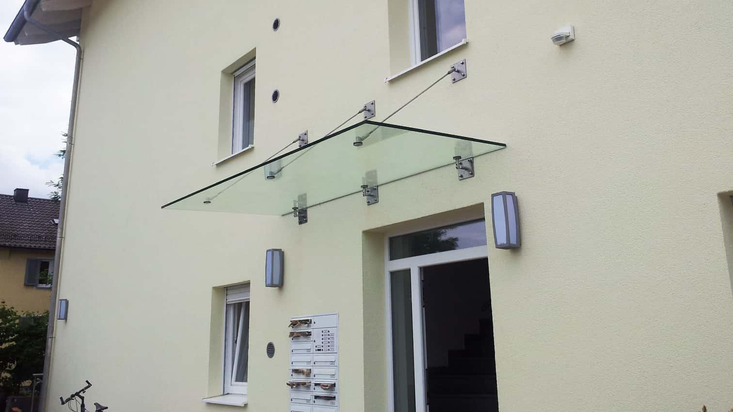 Vordach Haustüre aus Edelstahl und Glas