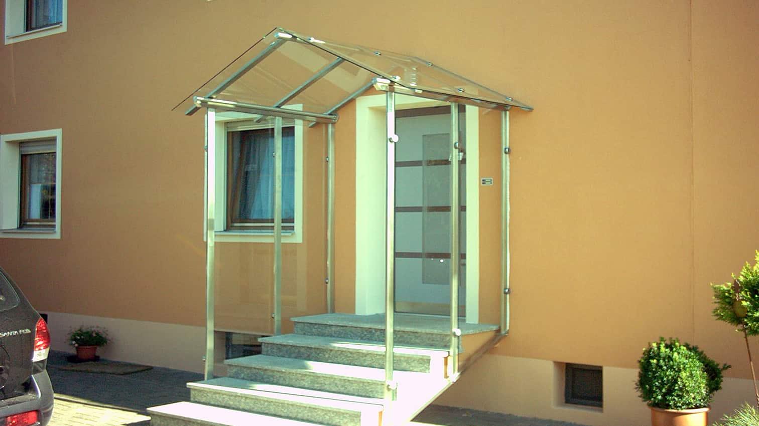 geschützter Eingangsbereich aus Edelstahl & Glas