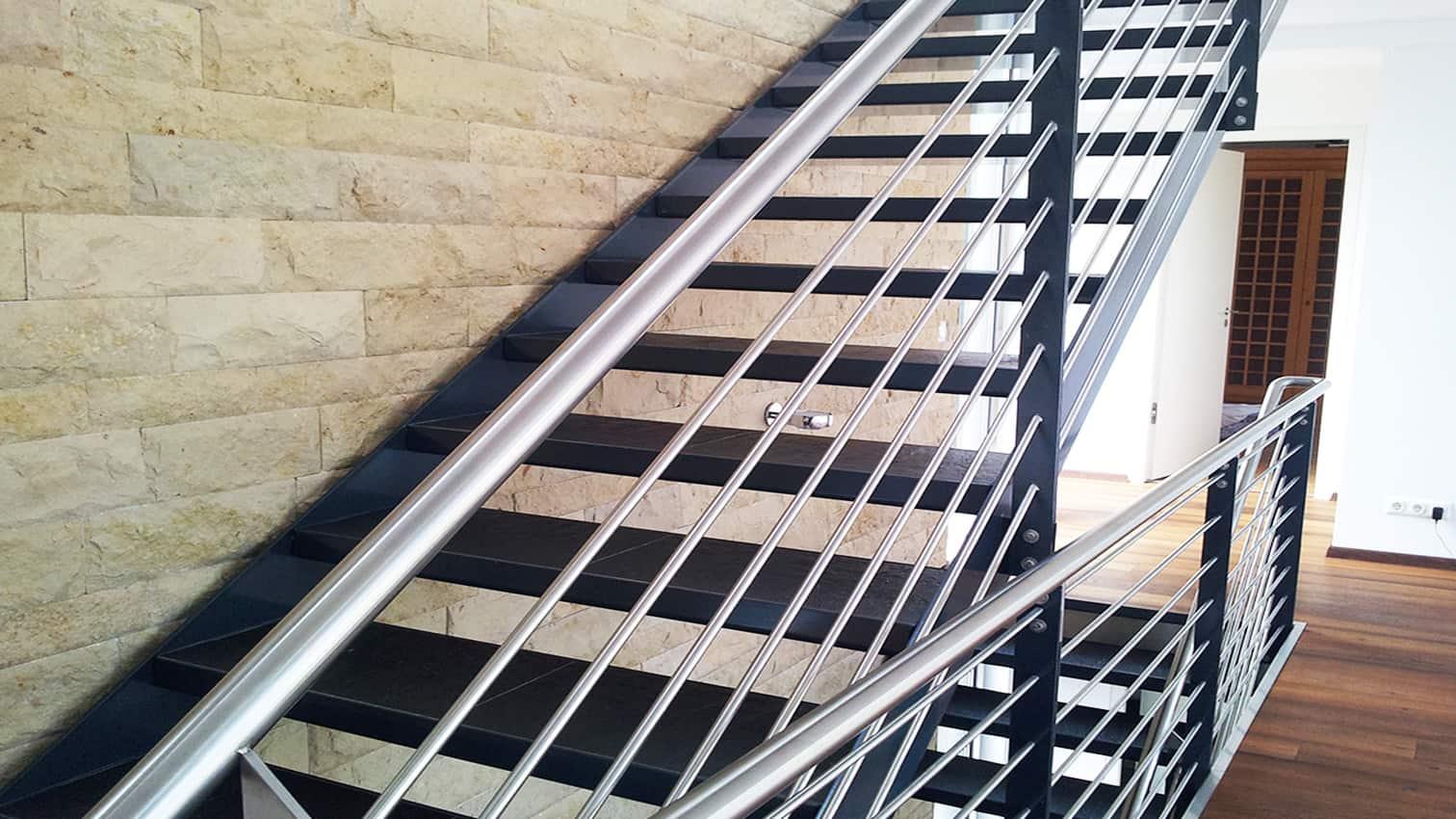 Treppe aus Metall und Edelstahl