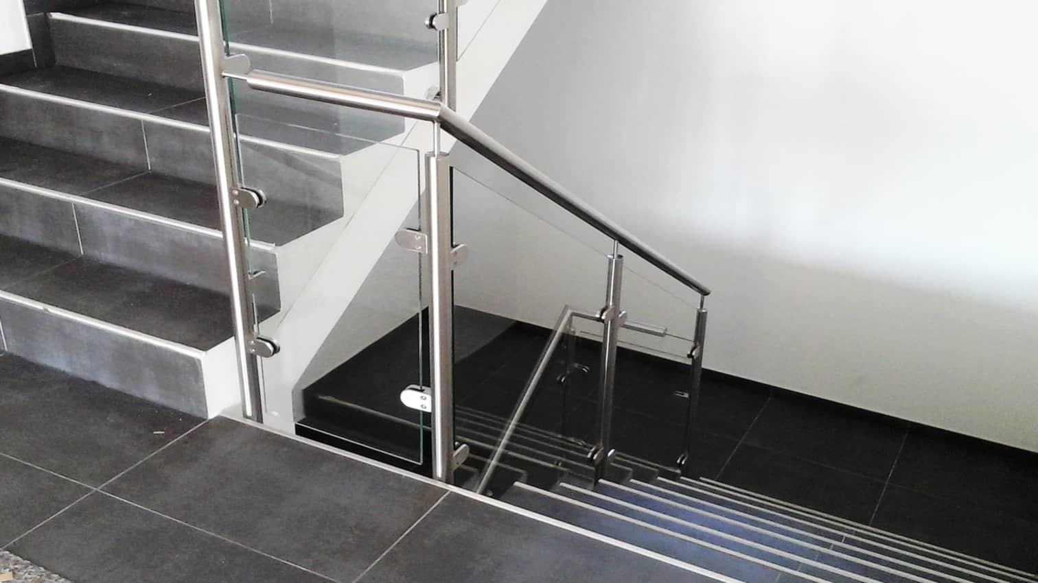 Treppengeländer aus Edelstahl und Glas