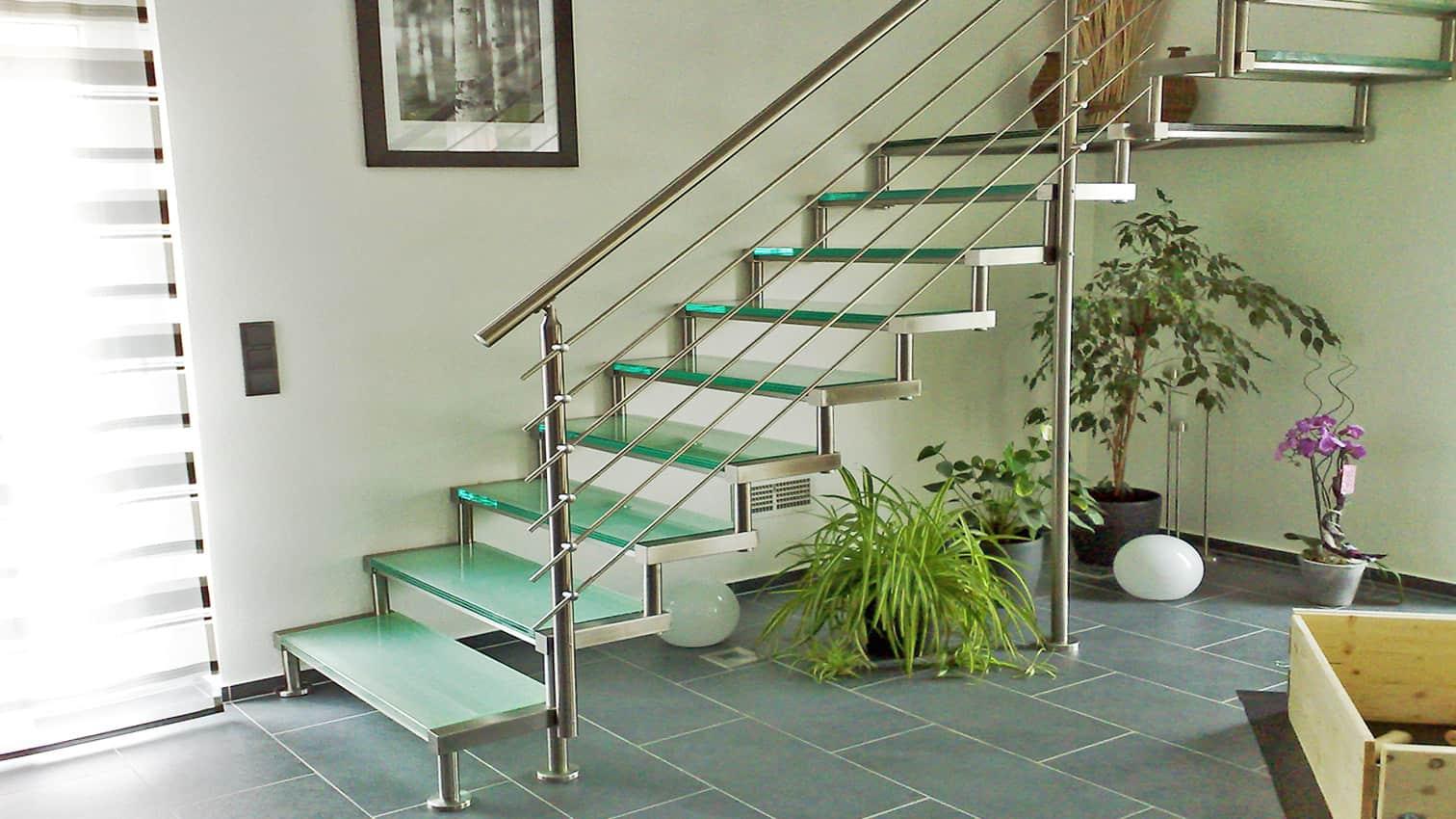Treppe aus Edelstahl und Glas