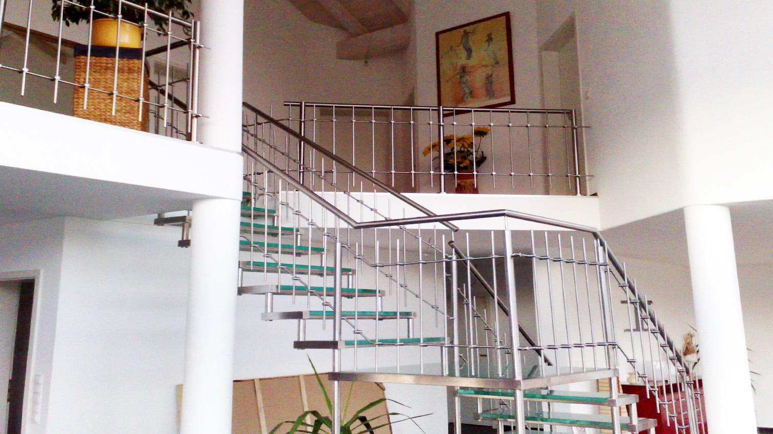 Treppe mit Edelstahl und Glas