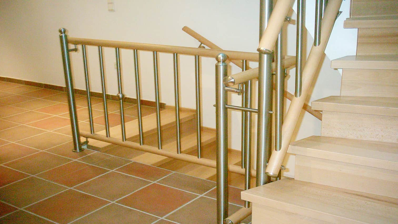 Treppengeländer aus Edelstahl und Holz