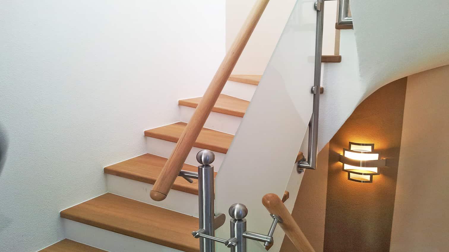 Geländer aus Edelstahl und Holz