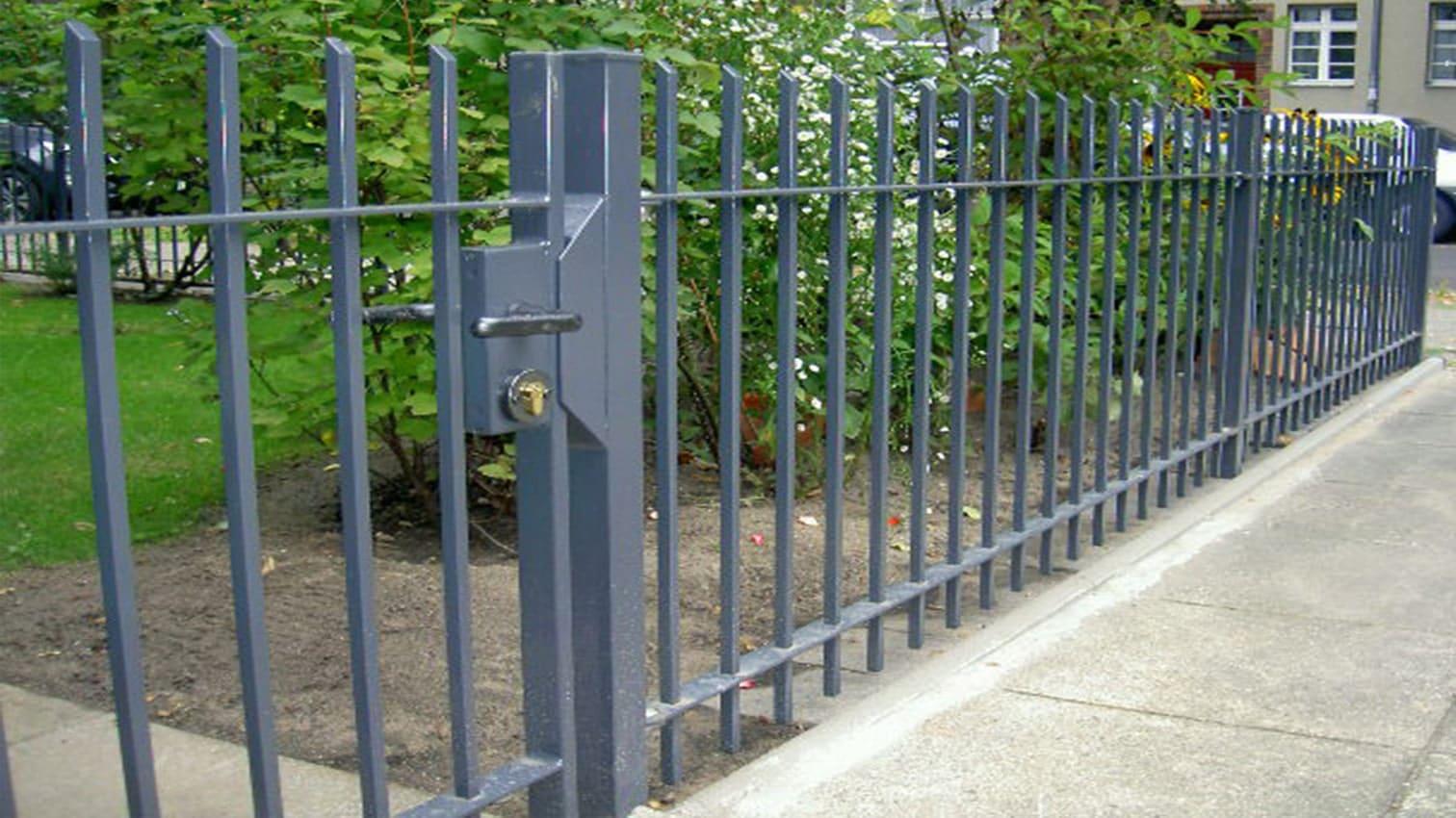 Tor und Zaun aus Metall