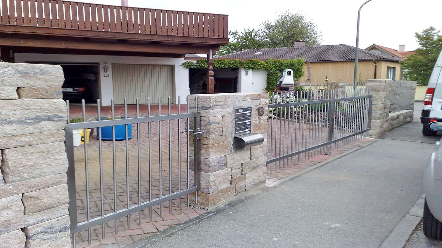 Tor und dazugehöriger Zaun