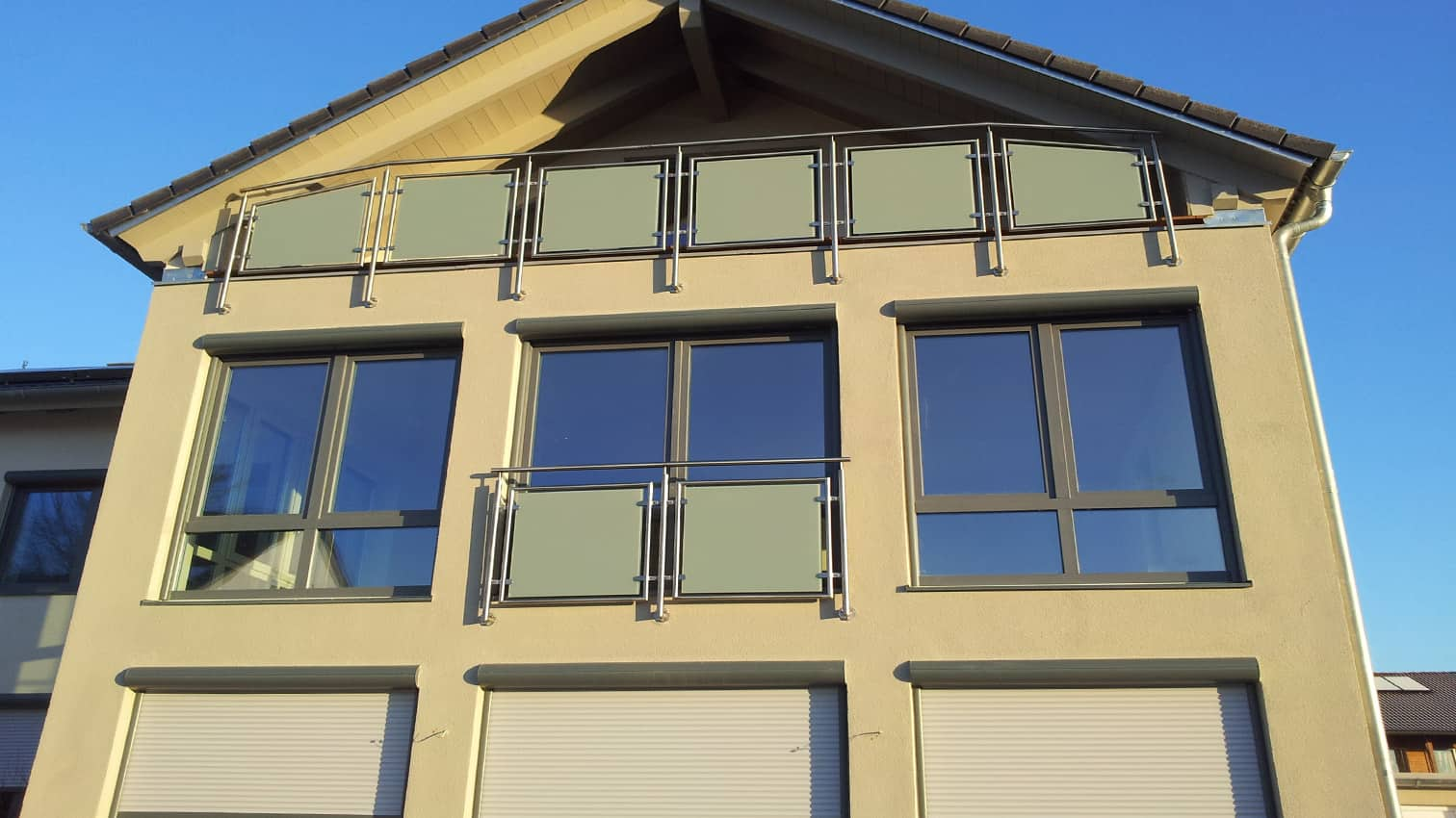 Balkon mit satiniertem Glas