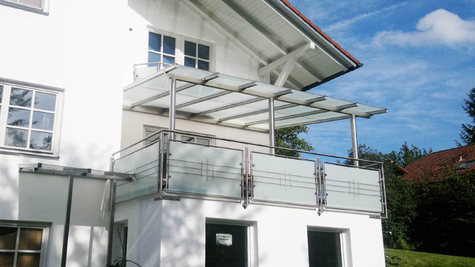 Balkon aus Edelstahl mit Überdachung