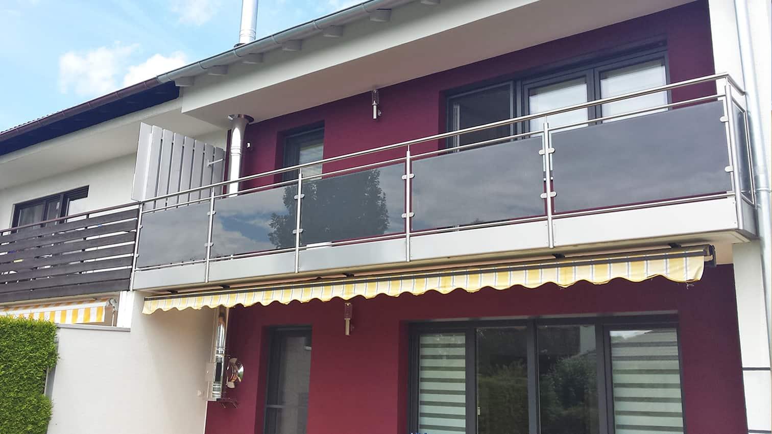 Balkon aus Edelstahl mit Glaseinsatz