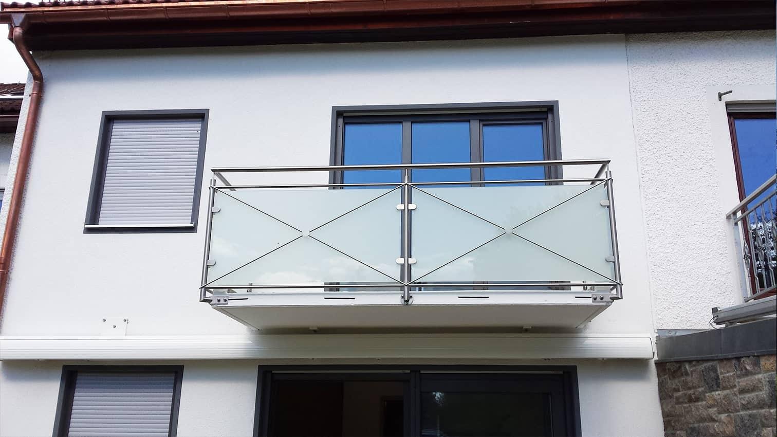 Balkon aus Edelstahl und Glas